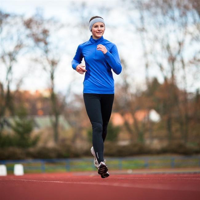 Vücudu zorlamayan egzersizler yapın  Migren hareketle artan baş ağrısı olduğu içini ataklar sırasında egzersiz ve yolculuk önerilmiyor. Atakların olmadığı ara dönemlerde ise yürüyüş, yüzme veya kardiyo gibi vücudu zorlamayan egzersizler yapmayı ihmal etmeyin. Bu egzersizler serotonin hormonu salgılayıp stresi azaltıyor ve dolaşım sistemini düzenliyor, bu sayede de migren ataklarını azaltmada yararlı oluyor.