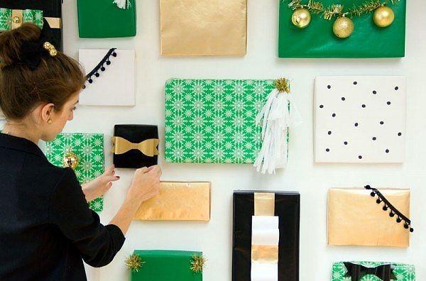 Hediye paketleri ile duvarlarınızı güzelleştirebilirsiniz.  Yeni yıl ruhunu yaşatan en güzel şey hediyelerdir. Siz bu yıl boş hediye paketleriyle duvara bir dekorasyon yapıp hediye ruhunu evde birkaç ay yaşatabilirsiniz.