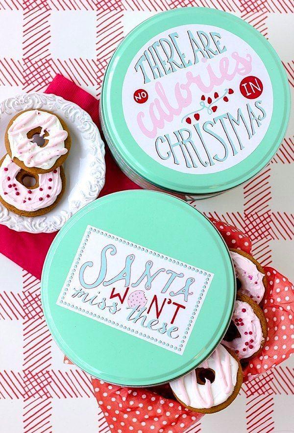 Yılbaşı kurabiyelerinizi kutulara doldurup masaya renk katabilirsiniz.  Yılbaşı için yapacağınız kurabiye ve kuru pastaları metal ya da plastik renkli kutulara doldurun. Üstlerine de yeni yılla ilgili stickerlar yapıştırın.