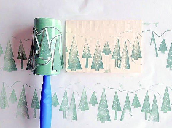 Tüy toplayıcı rulonun bitmiş halini yeni yıla hazırlamaya ne dersiniz?  Yeni yılda kartlar göndermeyi sever misiniz? Ya da eve asacağınız bazı şeyleri baskılarla süslemek ister misiniz? Bu rulolar tam sizlik. Biten rulonuza bir şablon çıkartıp maket bıçağı ile ruloyu oyun. Daha sonra sprey boya ile ruloyu boyayıp baskılarınızı yapın.