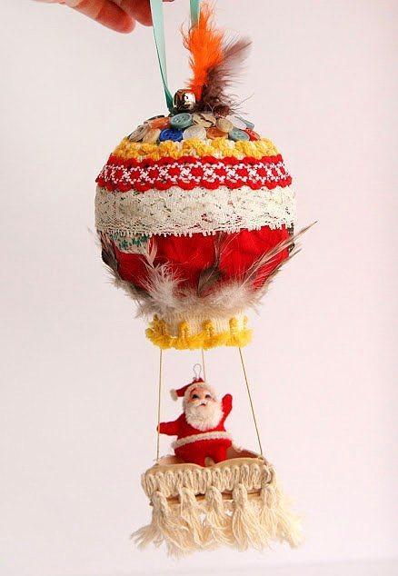 Kendi uçan Noel babanızı yapmak için evdeki eski kumaş ve gazeteleri kullanabilirsiniz.  Evde artan kumaş ve ipleri tel ile bir araya getirip Noel babaya bir uçan balon yapabilirsiniz. İlk olarak tutkal ve eski gazete kağıtları ile bir top yapın ve üzerini dilediğiniz gibi kaplayın. Daha sonrasında tellerle balonun altına Noel babanın oturacağı yeri oluşturuyorsunuz.