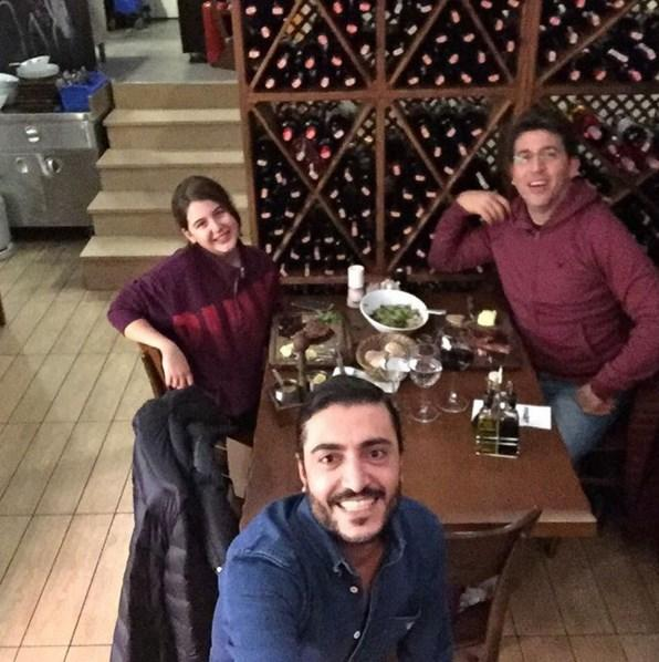 Emre Kınay  Bizim delikasap babakiz basbasa yemek;) @taylangundogdu62 @durukinay @emrekinay