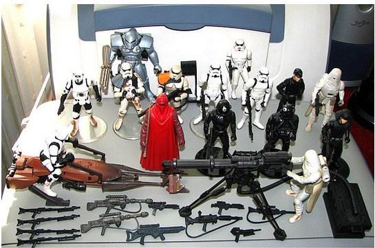 Star Wars'un oyuncak alanında da rekoru var.  Film ürünü oyuncaklarda yanına yaklaşabilen yok. Sırf 1978-1986 yılları arasında yaklaşık 250 milyon Star Wars oyuncağı satılmış. Millet koleksiyon falan yapıyor usta, hastası çok. Bir ara BİM'de bile satılıyordu.