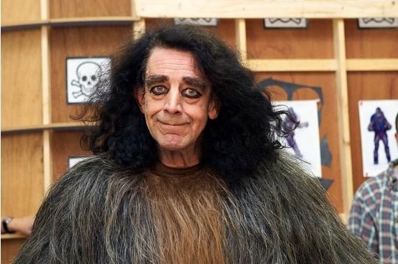 Chewbacca'yı oynayan Peter Mayhew az kalsın öldürülüyordu.  Return of the Jedi'da, Endor savaşı çekimlerinin yapıldığı ormanda, oradaki bölge halkı Van Gölü canavarı gibi bir gizemli yaratığın yaşadığına inanıyor tamam mı. Sen tut çekim için Chewbacca kostümüyle ortalıkta gezinirken Peter'ı gör, onu gizemli yaratık san, sonra taş silah artık ellerine ne geçtiyse adama saldırmaya başla. Neyse ki durumu açıklamışlar da adam kurtulmuş.