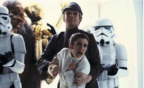 Boba Fett'in maskesiz yüzü Empire Strikes Back filminde gözüküyor.  Ama farklı rolde. Boba Fett'i oynayan aktör Jeremy Bulloch aynı zamanda Empire Strikes Back filminde İmparatorluk Subayı Sheckil'i canlandırmış. Kendisi fotoğraftaki abi.