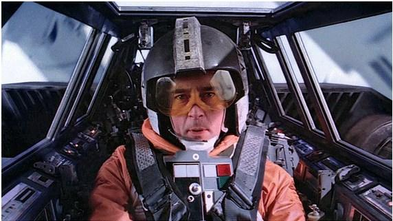 Wedge Antilles, Obi Wan Kenobi'nin öz dayısı.  İsyancı filosunun lideri olan bu X-Wing pilotu abimize can veren aktör, gerçek hayatta Ewan McGregor'un dayısı. Çakallar kadrolaşma yapmış filmde anlayacağınız.