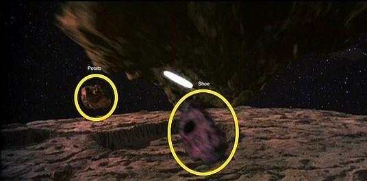 Filmlerde asteroit olarak patates ve ayakkabı kullanılmışlığı var.  Bütçeden böyle böyle kısmışlar demek ki.