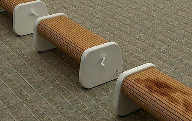 Çevrilebilir oturak.  Yağışlı havanın ardından oluşan o enfes kokuyu parklarda daha iyi hissetmek mümkün. Bunu yapmak için oraya bir yere oturmanız gerekiyor ancak her yer ıslak. Çevrilebilir oturaklar sayesinde oturağın ıslanmayan bölgesi üst tarafa getirilebilir.