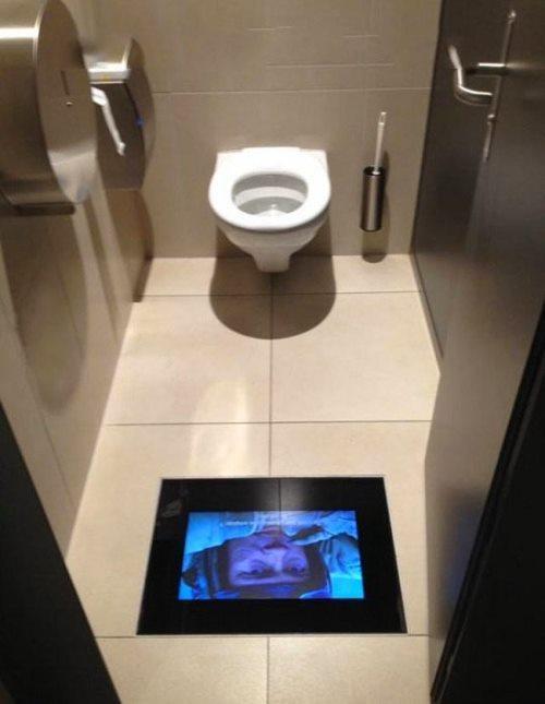 Bu öneri AVM'ler için.  Tuvalette geçirilen zamanı telefonla oynamak yerine kısa ve komik filmlerin yerdeki ekranda izlenmesi hiç fena olmazdı :)  Tabi bizde aşırı reaksiyon gösterip yerdeki ekranları kırmamalıyız :)