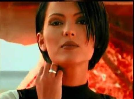 Mankenlikten müziğe adım atan Demet Akalın, ilk albümü Sebebim'i 1996'da çıkardı. O zamanlar daha kısa saçlıydı.
