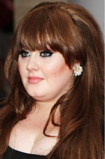 Adele 2008 yılında 19 adlı albümünü çıkardığında saçları daha koyu renkti ve perçemleri vardı.