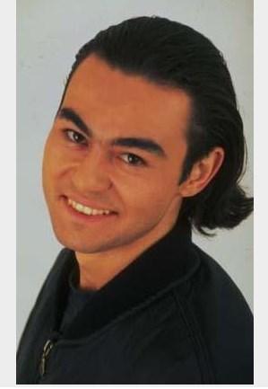 Serdar Ortaç, 1994 yılında Aşk İçin adlı albümü yayınlandığında 20'li yaşlarında bir gençti. Saçları da günün modasına uygundu.