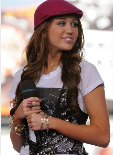 Miley Cyrus, 2008'de Breakout albümünü çıkardığında bukleli saçlarıyla küçük bir kızdı.