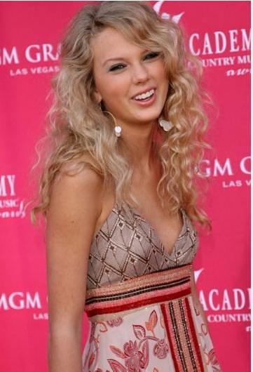 Taylor Swift, 2006'da kendi adıyla yayınlanan albümü ortalığı kasıp kavururken böyle görünüyordu.