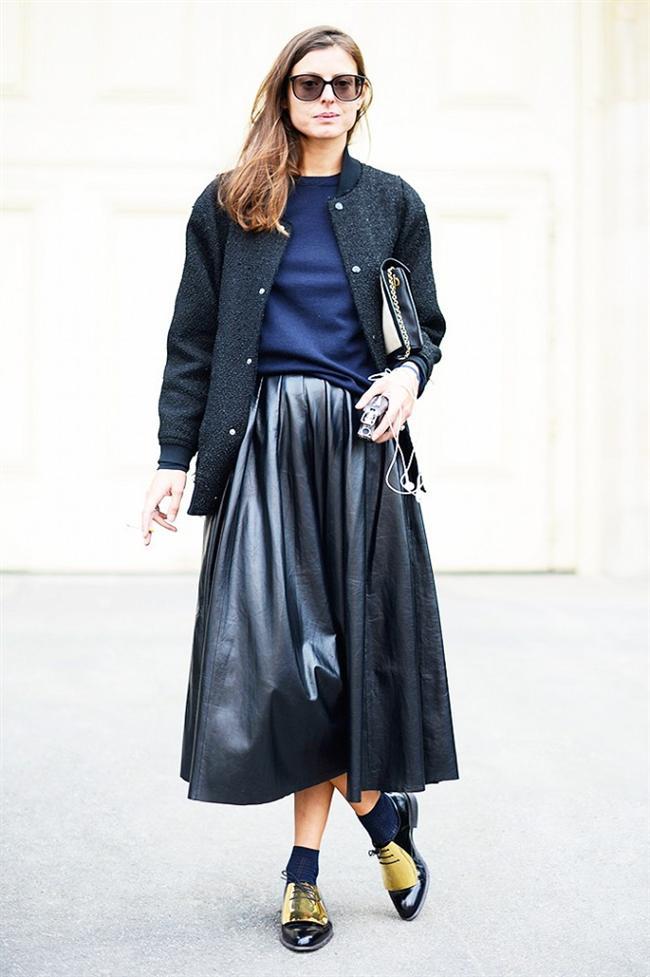Virginie Muys  Yaratıcı tasarımcı Virginie kırçıllı uzun ceketini okyanus mavisi süveter ile kombinlemiş ve deri etek ile tamamlamış. Hatta maskülen bir ayakkabı tercih ederek görüntüsünü kusursuz hale getirmiş. İşte kazak kombinlerinin en yaratıcısı.