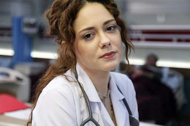 Duygu Yetiş  Oynadığı dizi: Acil Aşk Aranıyor   Bu sezon sakar doktor Nisan rolüyle izlediğimiz Duygu Yetiş, aslında 2002 yılından beri ekranlarda. Ama bu yıl onun için çıkış yılı oldu diyebiliriz.