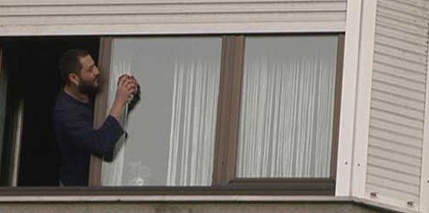 Hüsnü Şenlendirici annesine yardım etmek için cam silerken yakalanmıştı.