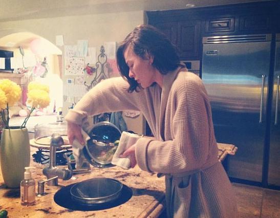 Milla Jovovich de vakit buldukça mutfağa giriyor.