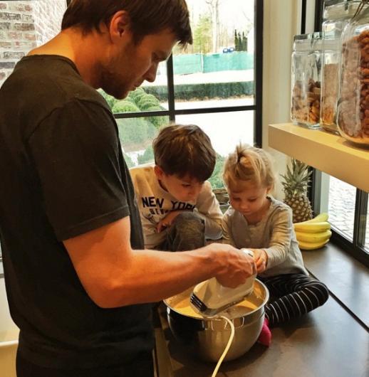 """Gisele Bundchen kocası Tom Brady'nın bu pozunu """"pancake ustası"""" notuyla paylaştı."""