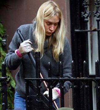 Chloe Sevigny bahçesini süpürürken.