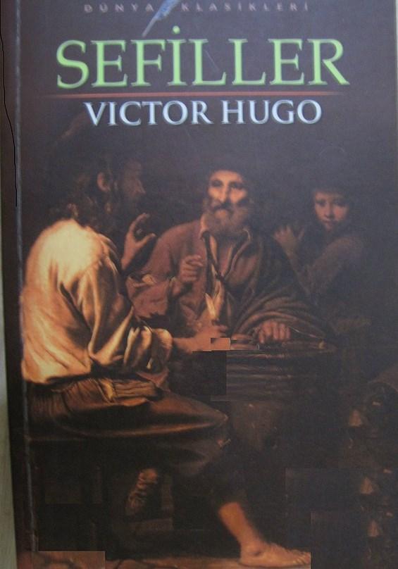 """Sefiller - Victor Hugo  Jan Valjean diye bir adam var tam bir Ecevitçi. Güzel bir adam. Bu işte bir hata yapıyor ekmek çalıyor. Bunu kürek mahkumu yapıyorlar bak insafsızlığa bak bu da isyan ediyor tabi 1 ekmek için yapılır mı bu diyor kaçıyor hapishaneden ama 4-5 kez yakalanıyor. Bu kaçıyor onlar yakalıyor yalama oluyor adalet sistemi. Bu işte 1 yıl ceza aldım derken kaçarak yakalanarak 19 yıl ceza almayı başarıyor. Gardiyanlar falan tebrik ediyor """"birader biz senin kadar salağını görmedik"""" diye. En son bu sağlam bi kaçıyor, kuyumcu açıyor iyi para kazanıyor böyle düğün derken mevsimi zaten. Sonra bi savcı bundan kıllanıyor nasıl para yaptı diye merak ediyor savcı maaşı tabi kötü o zamanlar; gözü götürmüyor adamın kazandığı helal parayı. Derken işte Jan Valjean yerine yanlışlıkla başkasını hapse atıyolar bu da Ecevitçi olduğu için gidip teslim oluyor """"ben suçluyum o suçsuz bırakın"""" falan diyo. Fransa tabi karışık o aralar, karşıt görüşlü gruplar sopalarla falan giriyor birbirine. Jan Valjean bi kaç kişinin hayatını kurtarıyor derken bu aksiyon işlerini bırakayım diyor yaşlandım zaten diyor. Kızının da mürvetini gördükten sonra ölüyor huzur içinde."""