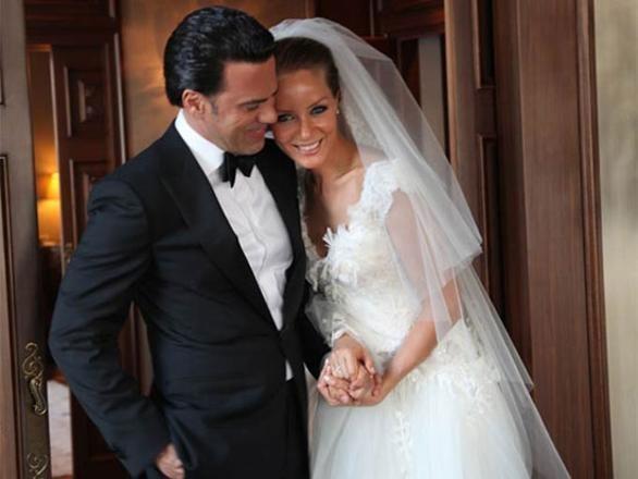 BADE İŞCİL MALKOÇ SÜALP  Bade İşcil, büyük bir aşkla evlendiği eşi Malkoç Süalp'e 'şiddetli geçimsizlik' nedeni ile boşanma davası açtı. Çiftin davası henüz karara bağlanmadı.