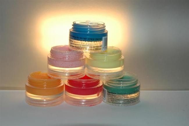 Lip Balm Yapımı  Lip balm; dudağı nemlendiren ve besleyen yoğun yapıda olan dudak kremleridir. Hemen hemen hepsinin evinde bulunduğunu düşündüğüm ürünlerle kendi lip balmını yapabilirsin.  Gerekli malzemeler;  - Lip balmın önemli parçası olan vazelin, -Mum ve kibrit, -Koku vermesi ve beslemesi için portakal yağı, -Krem kutusu, -Renk vermesi için kullanmadığın bir far, ruj ya da parlatıcı, -Çay ve yemek kaşığı, -Karıştırıcı küçük bir çubuk.  İlk olarak bir buçuk çay kaşığı kadar vazelini yemek kaşığına koy. Ardından toz fardan istediğin renk yoğunluğuna göre ekleme yap. Mumu yak ve kaşığı malzemeleri yakmayacak uzaklıkta tutarak vazelinin iyice erimesini sağla. Portakal yağından 2-3 damla ekle ve karıştır. Portakal yağı hem harika bir koku verecek hem de dudağı besleyecektir. Karışımı krem kutusuna alıp etrafına bulaşan kısımları sil ki temiz bir sonuç çıksın ortaya. Farın dibe çökmemesi için iyice karıştırman gerekiyor. Ve son olarak da buzdolabında donması için 5 dk. beklet. Hemen kullanmaya başlayabilirsin! Mis portakal kokulu ve organik lip balmın hazır.