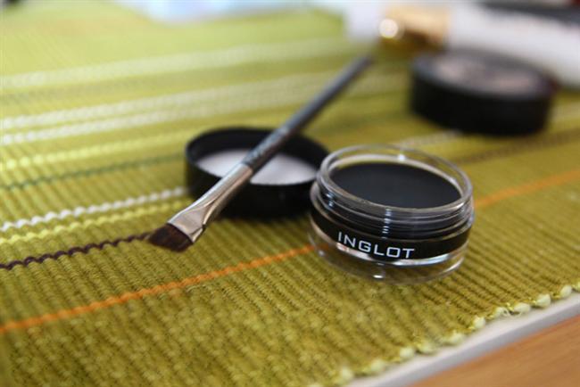 Doğal Eyeliner Yapımı  Doğal ürünlere karşı zaafınız varsa kendi eyeliner'ınızı kendiniz yapabilirsiniz! Aktardan alacağınız bir kaç ufak malzemeyle oldukça kalıcı olduğunu düşündüğümüz jel eyeliner yaptık.   Evde jel eyeliner yapımı için gerekli malzemeler;  -Bir çay kaşığı rastık -Birkaç damla tatlı badem yağı -Eski bir eyeliner kabı -Bir çay kaşığı kaynamış ve ılımış şişe suyu ya da bir tatlı kaşığı aloe vera jel  Yapımı oldukça kolay. Bir çay kaşığı rastığın içine bir çay kaşığı kaynamış su ilave edin. İyice karıştırdıktan sonra 4-5 damla kadar tatlı badem yağı ekleyin. Tatlı badem yağının miktarını kaçırmamaya özen gösterin. Aksi taktirde eyeliner'ın kurumasını engelleyecektir ve kalıcılığını azaltacaktır. Son olarak karışımınızı eski bir eyeliner kabına alın. İşte hazır! Her kullanımdan önce biraz karıştırmanızda fayda var. Çünkü rastık dibe çökebiliyor. Tıpkı organik eyeliner'lar gibi. 2 defa üst üste uyguladığınızda güzel bir sonuca varıyorsunuz. Temizlerken bol su kullanmanızı tavsiye ederiz. Pamukla temizlerseniz rastığın minik tanecikleri göze kaçabiliyor. Ev yapımı doğal eyeliner tam da organik bağımlıları için!