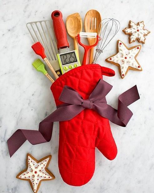 Yeni yıl yaklaşırken hala ne alacağınıza karar veremiyor musunuz? İşte hem el yapımı hemde  maliyeti düşük bu yaratıcı hediyeleri denemeye ne dersiniz?  Mutfağını sevenler için  Pazara mı gidersiniz, nereden alırsınız size kalmış ama alın bir kaç tane mutfak eşyası, birleştirin, ooh mis gibi hediye...