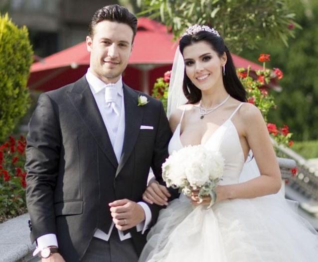 BURAK SAĞYAŞAR - HATİCE ŞENDİL   5 yıldır birlikte olan Hatice Şendil ve Burak Sağyaşar muhteşem bir düğünle evlendi. Çift, nikahtan sonra sahneye çıkıp 'Senden Daha Güzel' şarkısını birbirlerinin gözlerine bakarak söyledi.