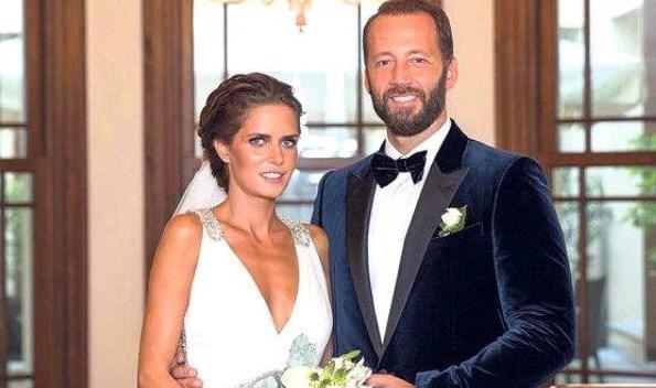 İPEK ÖZKÖK - LEVENT AGAN  Oyuncu İpek Özkök, bir yıldır nişanlı olduğu Levent Agan ile evlendi. Adile Sultan Sarayı'ndaki düğünü çiftin ailelerinin yanı sıra yakın dostları da katıldı.
