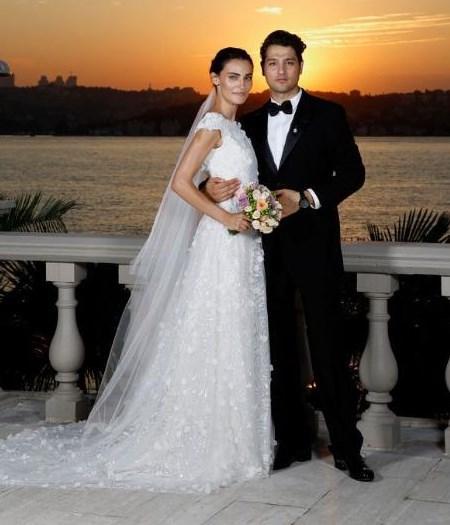SAADET IŞIL AKSOY - PAMİR KIRANER  Geçtiğimiz aralık ayında sessiz sedasız evlenen Saadet Işıl Aksoy ve Pamir Kıraner, Boğaz kıyısındaki Çubuklu 29'da düğün yaptı. Saadet Işıl Aksoy, gecede modacı Cengiz Abazoğlu'nun imzasını taşıyan sade bir gelinlik giydi.