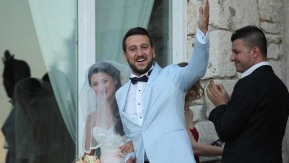 BURAK AKKAŞ - SEÇİL KUMRU  Pis Yedili'deki Orço karakteriyle ünlenen Burak Alkoç, Seçil Kumru ile evlendi. Düğüne çok sayıda ünlü isim katılırken, çiftin nikah şahitliğini Ali Poyrazoğlu ve Turan Özdemir üstlendi.