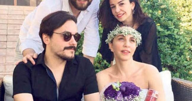 SERTAB ERENER - EMRE KULA  18 yıllık sevgilisi Demir Demirkan'dan geçen yıl eylül ayında ayrılan Sertab Erener, adının aşk dedikodularına karıştığı ancak ilişkisini reddettiği müzisyen Emre Kula'yla İzmir Seferihisar'da sürpriz bir nikâhla evlendi.