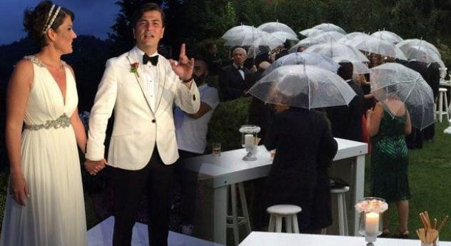 VATAN ŞAŞMAZ - YASEMİN ADALI  Vatan Şaşmaz, 1 yıldır birlikte olduğu mimar sevgilisi Yasemin Adalı'yla evlendi. Düğün töreni, çiftin birlikte oturacağı Üsküdar-Vaniköy'deki evlerinin bahçesinde gerçekleşti.