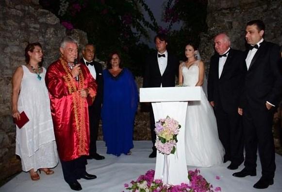 ELVİN AYDOĞDU - ADİL TUNCA  Paramparça dizisinde Derya karakterini canlandıran Elvin Aydoğdu, Tunca Mimarlık Ofisi'nin sahibi Adil Tunca ile evlendi. Çift, Hisarönü'ndeki Martı Hemithea Hotel'de düzenlenen törenle nikâh defterine imza attı.