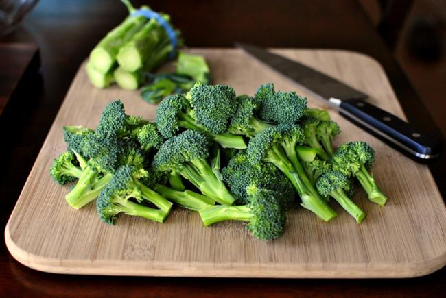 Brokoli  Kansere karşı koruyan en iyi yiyeceklerden brokoli, myrosinase adı verilen çok kuvvetli bir enzim içeriyor. Ancak brokoli yüksek sıcaklıkta pişirildiği zaman bu enzim etkisini kaybediyor. Brokoli buharda pişirildiğinde bile bu enzimin ancak bir kısmını tüketmiş olabiliyoruz. Brokoli aynı zamanda çok iyi bir K Vitamini kaynağıdır.