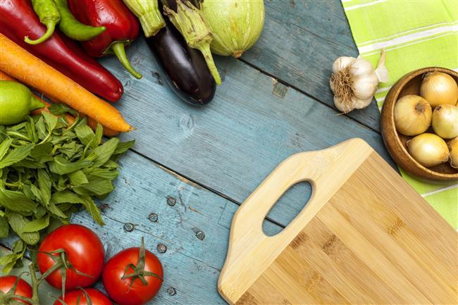 Yiyecekleri pişirme şeklimiz kalori değerlerini de etkiliyor. Örneğin, bazı sebzeler çiğ yenildiğinde daha sağlıklıyken bazılarının da besin değerleri pişince açığa çıkabiliyor. Kızartma olmadığı sürece sebze yemek her durumda sağlıklı. Harvard Üniversitesi'nin uzmanları pişmiş yiyecekleri tükettiğimizde daha çok kalori aldığımızı söylüyorlar. Buna göre çiğ gıdalarla beslenen insanlar ise daha kolay kilo verebiliyor. Neden mi? Pişmiş yiyecekler yumuşamış ve işlem görmüş olduğu için vücudumuz bunları sindirmek için daha az enerji harcıyor. Fakat çiğ tükettiğimizde vücudumuz daha fazla zorlanıyor ve kalori yakıyor. Bu yüzden örneğin daha yumuşak ve kolay sindirilebilen beyaz ekmek yerine daha yoğun olan tam tahıllı ekmeği tercih etmek daha fazla kalori yakmanıza hem de sağlıklı beslenmenize katkı sağlıyor.    Özellikle çiğ yenmesi daha faydalı olan bazı yiyecekler var. Bunlara geçmeden önce şunu da belirtmek lazım: Bazı yiyecekleri de pişmiş halde tüketmek gerekiyor. Mesela çiğ süt yerine pastörize edilmiş süt içmek daha sağlıklı. Havuç, ıspanak ve mantar da pişirildiği zaman içerdikleri bakteriler ölüyor ve antioksidan etkileri artıyor. İşte çiğ tüketilince daha sağlıklı hale dönüşen besinler...