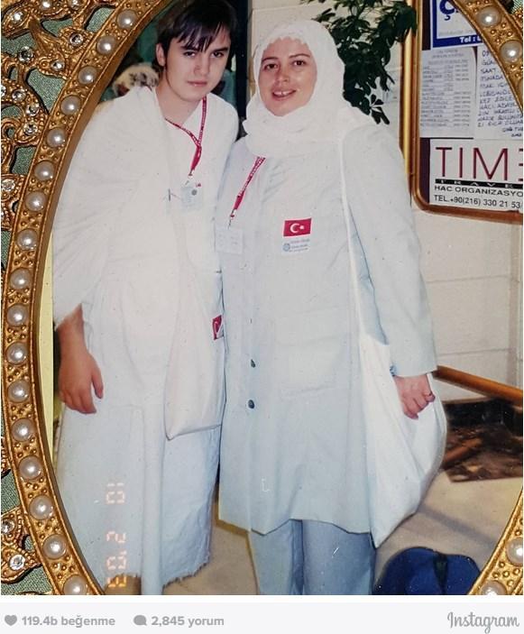 Mustafa Ceceli  10 Şubat 2003.. Hac'da annemle.. Hac Bayramınız kutlu olsun. Şartlanmalarımızı, tabiatımızı, değer yargılarımızı ve nefsin hakikatini görememe hallerimizi kurban edebilmek dileğiyle..