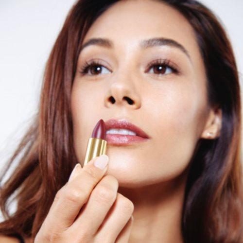 Ruj ise; koyu renk göz makyajı için açık tonlarda; açık renk göz makyajı için koyu tonlarda uygulanır.