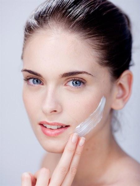 Peeling uygulanır ve ölü deriler giderilir.