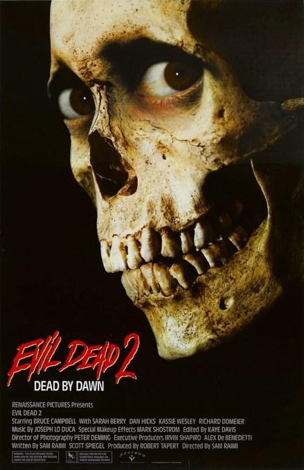 """Evil Dead II (1987)  Geleneksel olarak """"korku filmi"""" denildiğinde akla gelen ilk isimlerden biri, şüphesiz ki, günümüzde bir kült film mertebesine ulaşmış """"Evil Dead'tir. İşte, Sam Raimi'ye ait Evil Dead filminin, aynı yönetmen tarafından gerçekleştirilmiş bu devam filmi, aslında aynı filmin yeni bir versiyonu olarak da kabul edilmektedir. Bu kez aynı öyküde, Ash ve iblise dönüşerek en büyük kabusu haline gelmiş olan kız arkadaşı Linda hayatta bırakılacaktır... Tabi Ash ise aynı kabusla yüzyüze kalacaktır ve şimdi bir gece daha hayatta kalmak için çetin bir mücadele verecektir... Bu kez sahneye, orijinal öyküde kötülüğü icat edip dünyaya salan Profesör'ün kızı, bir tamirci, Profesör'ün ortağı ve tamircinin kız arkadaşı da dahil oluyor. Gece boyunca tüm bu karakterler beyazperde'de tuhaf sekanslarla arzı endam eyleyecek... Filmde ecinniler ordusu, grotesk derecede bir komiklikle korku-severleri doyurmak için ellerinden geleni yapacaktır... Kan, vahşet, bir elektrikli testere, bir çifte, havada uçan bir göz ve espri anlayışı olan kesik bir elin marifetlerini içeren Evil Dead'in bu versiyonu, karikatürize edilmiş bir korku komedi."""