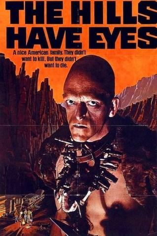 The Hills Have Eyes / Tepenin Gözleri (1977)  Kaliforniya'ya seyahat eden tatilciler çölde yolunu şaşırır. Yanlışlıkla kamuya kapalı bir test sahasına giren talihsizlerin arabası bozulduğunda ilkel ve yamyamsı bir grubun saldırısına maruz kalırlar.  Wes Craven'in hem yazdığı hem de yönettiği bir yapım. 70'lerin tüm çılgınlıklarına uygun.