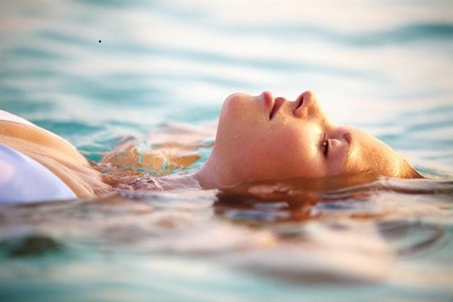 Pamukkale'de antik havuzda yüzün.