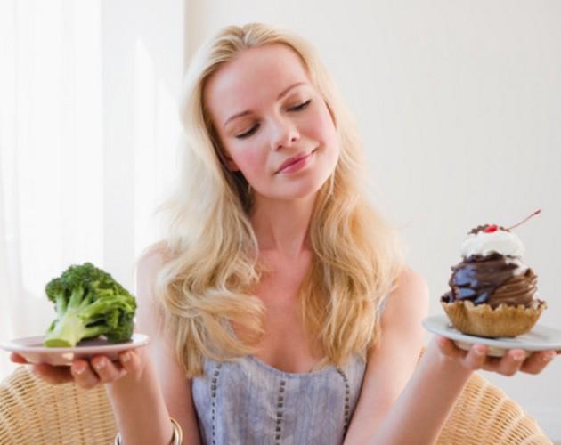 Şubat: Yemek alışkanlıklarınızı gözden geçirin!  Vücudumuz, mutluluk hormonu serotonini kış aylarında daha az üretiyor. Bu da, kış aylarında serotonin üretimini hızlandıran ekmek ve tatlı gibi karbonhidratlı yiyeceklerin peşinde koşmanın nedenlerinden sadece biri. Çözüm ise çok basit: Bu yiyecekleri yemekten çekinmeyin; fakat meyve ya da sebze gibi daha az işlenmiş olanlarını tercih edin.