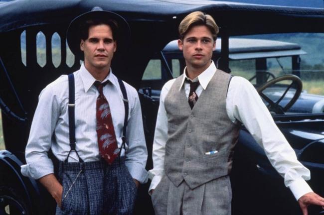 51 Yaşına Giren Brad Pitt'in rol aldığı unutulmaz  filmleri sizler için listeledik.  İşte  Brad Pitt'in rol aldığı efsane filmler...  Paul Maclean (A River Runs Through It & Bizi Ayıran Nehir)  Montana'da alabalık nehirlerinin kesişme noktasında yaşayan bir aile... Tanrının sözlerini arayan ve böylece güç ve güzelliğe kavuşabilmeye inanan bir Presbiteryen papazı baba ve oğullarına öğrettiği balık avlama sanatı. Paul ve Norman çocukluk dönemlerini sabahları eğitimleri üzerine , öğleden sonra ise en sevdikleri iş olan balık avlama üzere geçirirler...  Çok farklı karakterlere sahip olan iki kardeşten Norman eğitimine evden uzakta bir üniversitede devam etmekte karar kılar, Paul ise Montana'da kalır ve gazetecilik hayatına başlar. Aradan geçen yıllar da aile bağları zayıflasa da onların hikayesindeki esrar perdesi balık avlama sanatının gizeminde yatar. Bizi Ayıran Nehir, Norman Maclean'in 71 yaşında kaleme aldığı romanından uyarlanmış ve Robert Redford tarafından beyaz perdeye aktarılmıştır. Montana'nın büyüleyici manzaraları eşliğinde balık avlama sanatının inceliğinden yola çıkan film hayatın ritmini yakalamayı başarıyor.