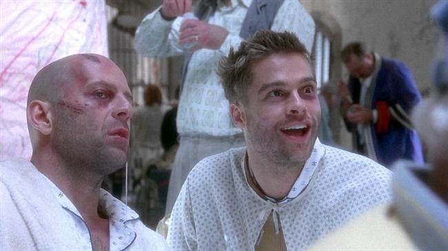 Jeffrey Goines (Twelve Monkeys & 12 Maymun)  Dünyada insanlığın yok olmasına yetecek derecede tehlikeli olan bir virüs yaklaşık beş milyar kişinin ölümüne yol açmıştır. Geriye kalan az sayıdaki insan yer altlarına kurdukları barınaklarda yaşamlarını sürdürebilmektedirler. Bu esnada virüsün yok olması için bir çözüm yolu bulan insanlar, zamanda geriye gidebilecekleri bir zaman makinesi yaparlar. İlk test sürüşü içinse eski bir mahkum olan James Cole gönüllü olur. James kendisini yedi yıl geride, bir akıl hastanesinde bulur. Akıl hastanesi gibi bir ortamda gelecekten geldiğini ve misyonunu anlattığında ise gerçek anlamda akıl hastası etiketi yemesine neden olur.  12 Maymun, zamanda yolculuk temalı filmlerin arasında en önemli olanlardan biri. Terry Gilliam imzalı filmin başrollerinde Bruce Willis ve Brad Pitt gibi ünlü isimler var.