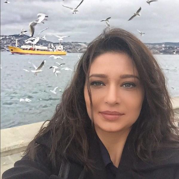 Nurgül Yeşilçay  Arkadaki sarı gemi,martılar,deniz çok güzel!!! Dünyayı güzellik kurtaracak😊