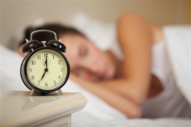 Her gün aynı saatte kalkın  Brigham Young Üniversitesi'nde yapılan araştırma, her sabah aynı saatte kalkan kadınların, her gün farklı saatlerde uyanan kadınlara göre daha zayıf olduklarını gösteriyor. Üstelik her gün en az 7 saat uyumak ve aynı saatte kalkmak kalp hastalıkları ve kanser riskini de azaltıyor. Sabah ne kadar geç uyanırsanız o kadar acıkmış oluyorsunuz ve kalorili yiyeceklere eğiliminiz artıyor.