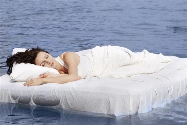 Serin bir odada uyuyun  Serin odada uyumak, metabolizmayı hızlandırarak kahverengi yağ yakımına yardımcı oluyor. Kaliteli bir uyku için ideal oda sıcaklığı 14-18 derece olarak kabul ediliyor.